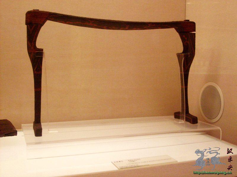 二、家具的品种与陈设格局 汉代以前住宅建筑本身的高度比较低,人们习惯于席地而坐。这个时期人们则习惯平时倚坐在高出地面的床榻上,表面上虽然仅仅是座具的高低之分,实际上却是向高形家具过渡的开始。汉代各种室内家具的造型相对比较低矮,主要有各种床榻、几案俎、奁、橱柜、屏风和箱笥等家具。 汉代卧室中大形架子床往往放在卧室两侧或对门的墙边,床的两侧及床前可陈设床几。使用时除睡眠外,南方人多坐于床沿;较小的床两端多有床屏,床屏外侧置床几。架子床的整体为长方形,床面中间镶板,可以在上边陈设箱笼等物。床的四角在前代围屏床的